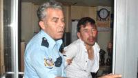 Afganlı taciz şüphelisini kalabalığın elinden son dakikada polis kurtardı
