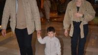 Burak Özçivit-Fahriye Evcen çifti oğulları ile alışverişte
