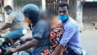 Hindistan'dan tüyler ürperten fotoğraf: Annelerinin cesedini motosiklette taşıdılar