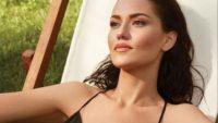 Ünlü oyuncu Fahriye Evcen'in sauna pozu ortalığı yıktı geçti