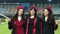Antalya'da, üçüz kardeşlerin tıp fakültesinden mezuniyet sevinci
